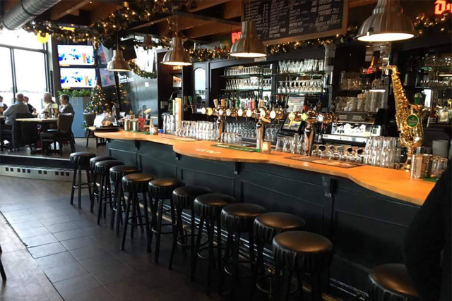 Bij Grandcafe Seventies Eighties te Almere Buiten. Eigenaar heeft eigen ontwerp gemaakt voor de bar. Dit hebben wij gemaakt, gemonteerd en afgelakt.